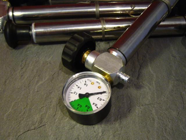 pumpička s manometrem pro plovoucí víko