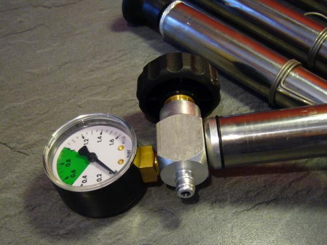 pumpička s manometrem pro těsnění plovoucího víka